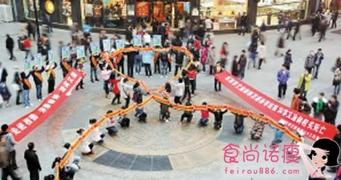 第24个世界艾滋病日 天津感染者与行人握手拥抱